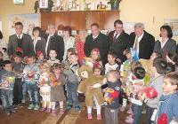 С играчки зарадваха малчуганите от обединеното детско заведение в с. Юруково, Благоевградска област.
