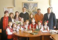 """Децата от ЦДГ """"Детелина"""" поздравиха кмета на район """"Източен"""" Петър Петров и служителите на администрацията по случай Баба Марта."""