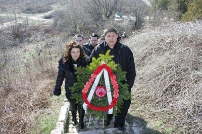 Представителите на академичната общност поднесоха венци и цветя на братската могила край Цалапица.  Снимка УХТ