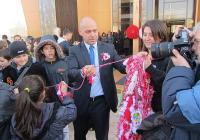 """Кметъта на """"Тракия"""" Костадин Димитров също се включи във връзването на гигантската мартеница. Снимка Район """"Тракия"""""""