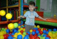 В специализирания център за децата е създадена специална среда чрез игрови методи.