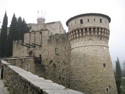 Най-запазеният в цяла Северна Италия бастион е внушителният крепостен Замък на Бреша.