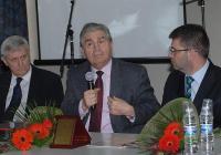 Световноизвестният израелски професор Михаел Бар-Зоар (в средата) се срещна с пловдивски ученици.