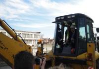 Кметът Иван Тотев направи с багер първата копка. Снимка ©Aspekti.info