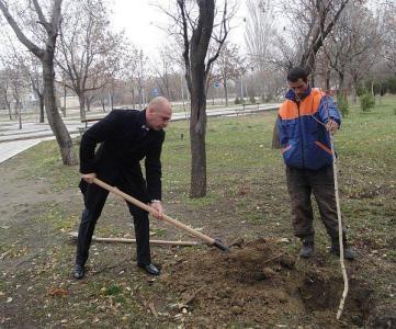 """Кметът на """"Тракия"""" Костадин Димитров се включва в облагородяването на района.  Снимка ©Aspekti.info (архив)"""