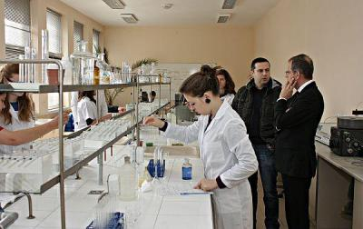 Френските гости посетиха и лабораторията по биохимичен анализ в УХТ.  Снимка УХТ - Пловдив