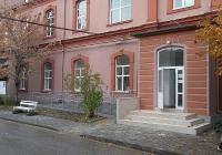 """Сградата на Централната библиотека на МУ на бул. """"Васил Априлов"""" 15 А е напълно обновена по проекта, направена е и рампа за хора с двигателни увреждания."""