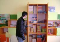 Енциклопедии, образователни и занимателни игри очакват малките ученици след редовните часове.