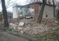 """Опасната сграда вече е съборена, започна и разчистването на терена. Снимка Район """"Източен"""""""