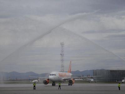 Първият полет беше посрещнат на летище София с воден салют.  Снимка Катя ПЕТРОВА