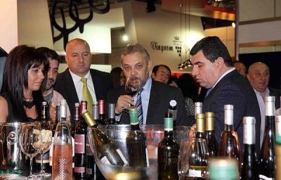 Заместник-министърът на земеделието и храните д-р Цветан Димитров и шефът на Изпълнителната агенция по лозата и виното инж. Красимир Коев (вдясно) оцениха високо качеството на българските вина, които дегустираха в Панаира.  Снимка Международен панари