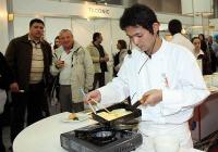 Главният готвач на посолството на Япония у нас демонстрира как се приготвят екзотични специалитети в първия ден на изложението. Снимка Международен панаир