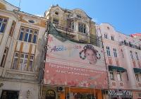 От доста време това скеле прикрива плачевното състояние на фасадата. Снимка © Aspekti.info