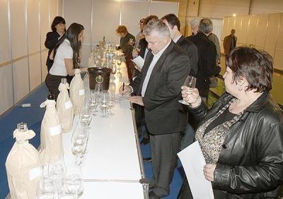 """Два дни посетители на """"Винария 2013"""" дегустираха напитки, за да дадат оценките си в конкурса """"Изобрът на потребителя"""""""
