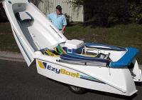 """""""EzyBoat"""" се сгъва наполовина и лесно се тегли от автомобил."""