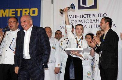 """19-годишният Антонио Иванов стана """"Готвач на България 2013"""".  Той получи купата на победителя от Левон Хампарцумян, главен изпълнителен директор и председател на Управителния съвет на УниКредит Булбанк."""