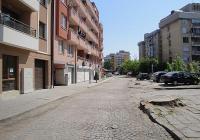 Улицата ще бъде разширена и вместо паваж ще има нова асфалтова настилка. Снимка © Aspekti.info