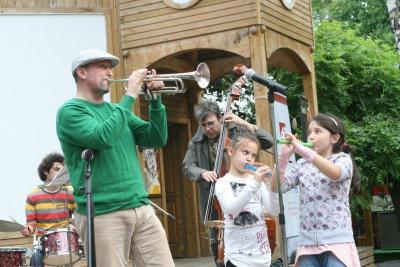 Всички деца могат не само да послушат, но и самите те да посвирят заедно с Венци и останалите музиканти.