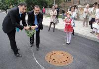 Иван Тотев и Ральо Ралев плиснаха ритуалното менче с вода на новата улица. Снимка © Aspekti.info