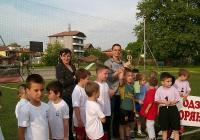 """Капитанът на победителите получи купата и правото отборът да се състезава на градско ниво за купата на Пловдив. Снимка Район """"Западен"""""""