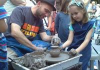 Изкусен грънчар показва тайни в занаята на най-малките. Снимка© Aspekti.info
