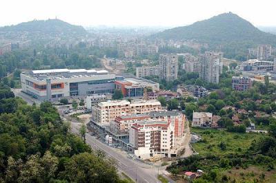 Комплексът е разположен в една от най-озеленените части на Пловдив.