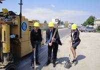Иван Тотев и Десислава Желязкова направиха символичната първа копка за начало на ремонта. Снимка © Aspekti.info