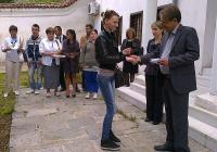 """Скромната церемония бе в двора на старинното училище """"Свети Георги"""". Снимка <a href=""""http://www.assenovgrad.com"""">Община Асеновград</a>"""