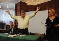 """Поетът юбиляр не скри вълнението си от срещата със своите читатели. Снимка <a href=""""http://www.assenovgrad.com"""">Община Асеновград</a>"""