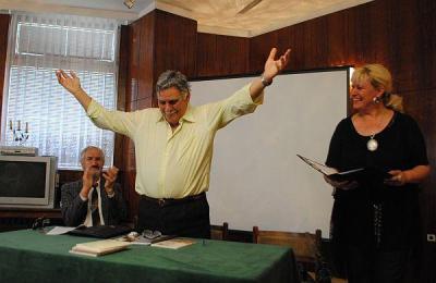 Поетът юбиляр не скри вълнението си от срещата със своите читатели.  Снимка Община Асеновград