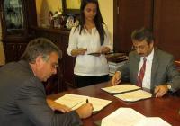 Ректорът на УХТ проф. Кольо Динков (вляво) подписа документи за сътрудничество с турските си колеги. Снимка УХТ - Пловдив