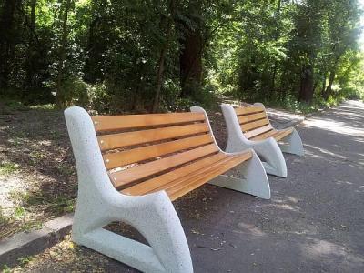 """Монтирането на 40 чисто нови масивни модерни пейки започна от 27 май в парк """"Лаута""""."""