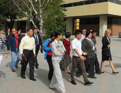 Китайски бизнесмени разглеждат Панаира.  Снимка Международен панаир - Пловдив