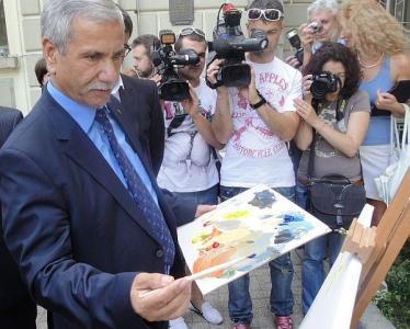 Посланикът на Израел у нас Н.Пр. Шаул Камиса Раз също взе четката.  Снимка © Aspekti.info