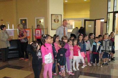 Кметът Костадин Димитров откри изложбата заедно с малките творци.  Снимка Община Пловдив