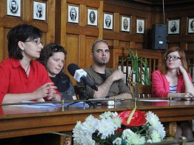 Кураторът Стефка Цанева (вдясно) , участници и организатори разкриха акценти от артсъбитието.  Снимка © Aspekti.info