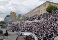 Бивши и настоящи учители и ученици на елитната гимназия препълниха амфитеатъра. Снимка © Aspekti.info