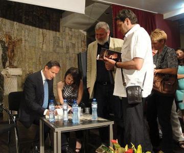 Десетки почитатели на творчеството на португалеца се наредиха на опашка за автографи.  Снимка © Aspekti.info
