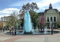 Преди време водата на фонтана пък бе оцветена в синьо по идея на кмета Иван Тотев. Снимка © Aspekti.info (архив)