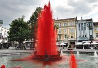 Водата в емблематичния фонтан с пеликаните в центъра на Пловдив бе оцветена в червено  по повод 14-ти юни - Деня на доброволното кръводаряване.