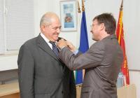 Проф. Василев (вляво) получи високото отличие от посланика на Република Франция Н.Пр. Филип Отие. Снимка УХТ - Пловдив