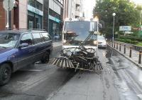 """Машините имат специална приставка, която позволява да се мие дори под паркиралите автомобили. Снимка ОП """"Чистота"""""""