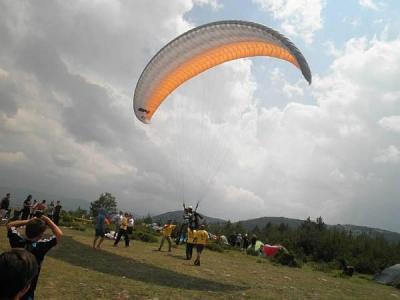 Парапланеристите по традиция се издигат в небето над Добростан.  Снимка Община Асеновград