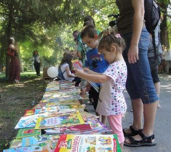 Книжките привличат интереса и на най-малките.  Снимка © Aspekti.info