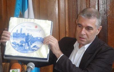 Арх. Николов показа подарената му чиния от китайски порцелан с изображение на Дън Сяопин.   Снимка ©Aspekti.info