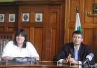 Шефът на екипа Найден Рашков (вдясно) представи изданието и част от колегите си на пресконференция в присъствието на зам.-кмета Георги Титюков. Снимка © Aspekti.info