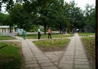 """Хората вече безпроблемно преминават през зелените площи, при това в алеите не са вложени много пари, защото са направени с плочи втора употреба. Снимка Район """"Западен"""""""