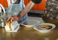 """В трапезарията хората получават за обяд супа, основно ястие и хляб. Снимка <a href=""""http://www.assenovgrad.com"""">Община Асеновград</a>"""