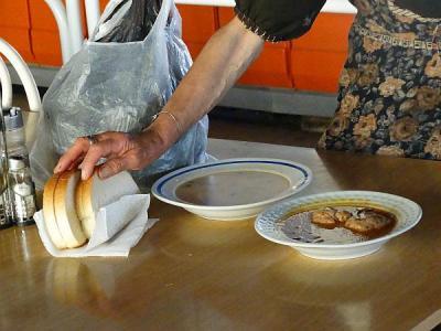 В трапезарията хората получават за обяд супа, основно ястие и хляб.  Снимка Община Асеновград
