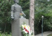 Паметникът на Апостола на Бунарджика бе отрупан с цветя и венци. Снимка © Aspekti.info
